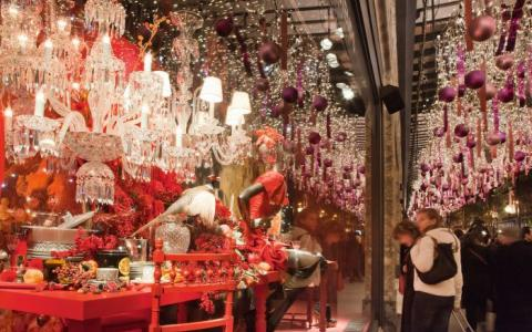 Enjoy the wonderful experience of preparing for Christmas in Paris!