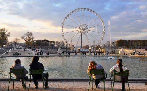 Picnic and party in the Jardin des Tuileries