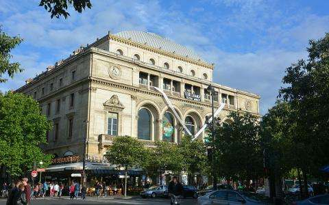 Attend an exceptional performance at the Théâtre du Châtelet